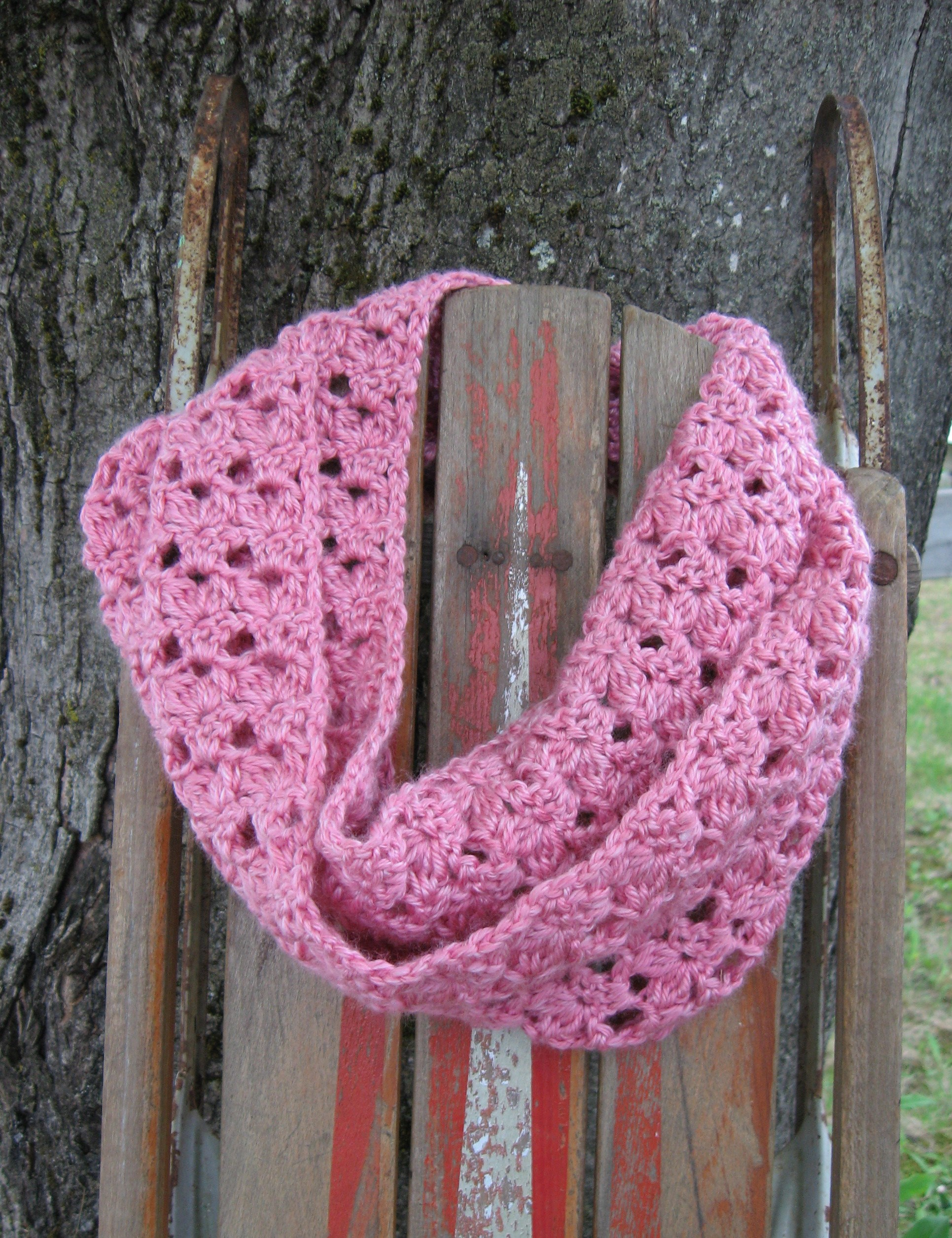 Apple Blossoms Infinity Scarf Pattern | hooked-on-crafting.com