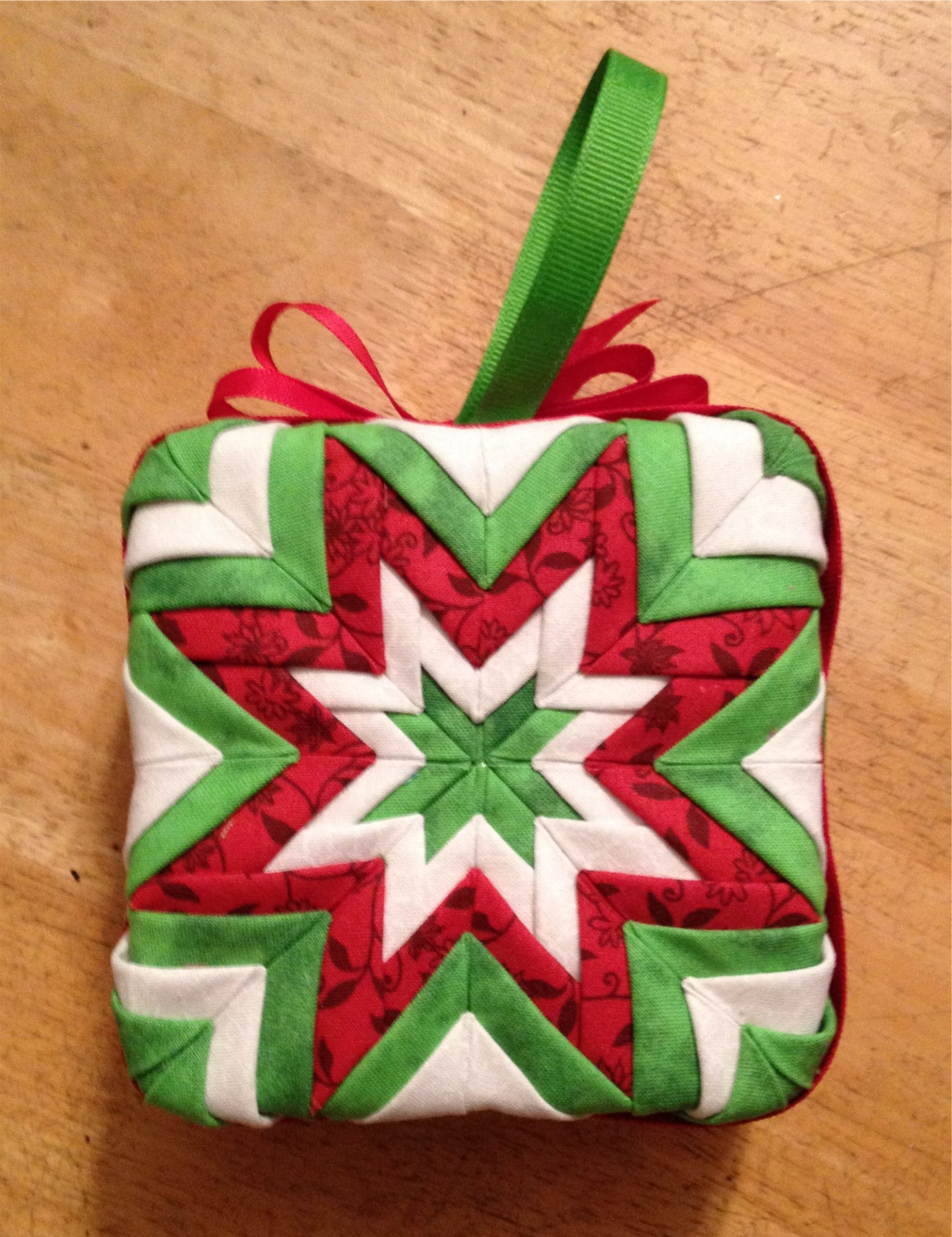Holiday Ornaments | hooked-on-crafting.com
